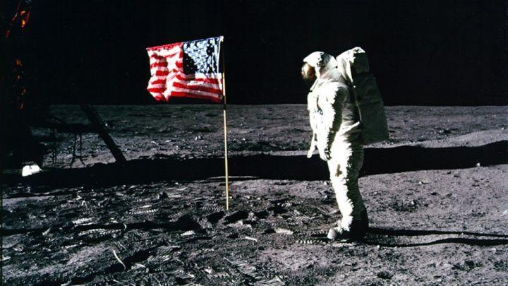 Astronautas Buzzas paviešino: prieš skrisdamas į Mėnulį apmokėk sąskaitą