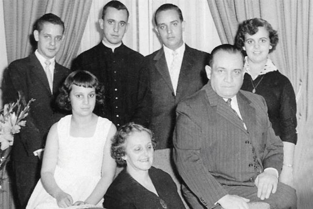 Jorge Mario Bergoglio (stovi antras iš kairės)su šeima.